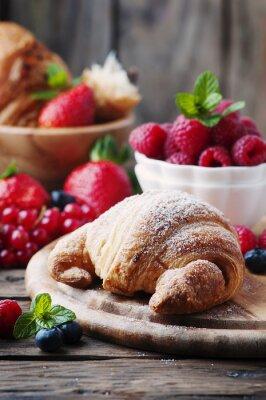 Fototapeta Fresh croissant z mieszanki jagód