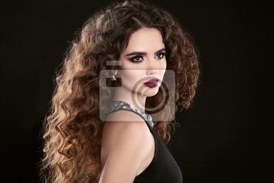 Fototapeta Fryzura Moda Brunetka Dziewczynka Z Długie Kręcone Włosy Makijaż