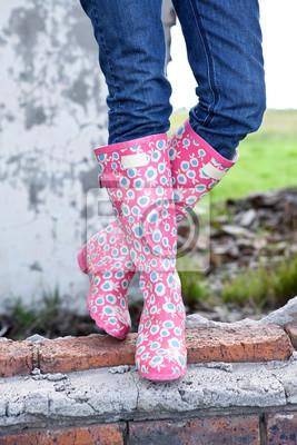 0b6a069f0f Fototapeta Funky Buty. Lady na sobie kolorowe gumowe buty. Stojąc na  ścianie ruin.