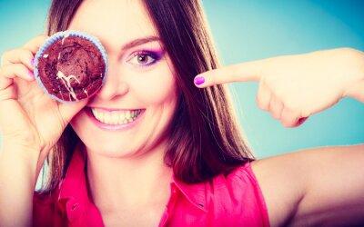 Fototapeta Funny kobieta trzyma w ręku tort obejmujące jej oko