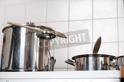 Fototapeta Garnki Na Piecu W Kuchni Z Drewnianymi łyżkami Białe Płytki