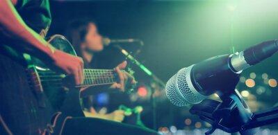 Fototapeta Gitarzysta na scenie z mikrofonem na tle, miękki i rozmycia pojęcia