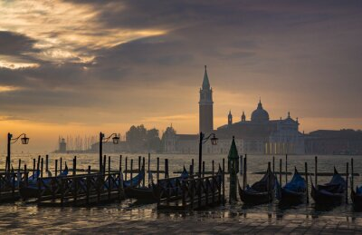 Fototapeta Gondole od Placu Świętego Marka w czasie wschodu słońca z San Giorgio di Maggiore w tle w Wenecji