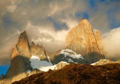 Fototapeta góra Fitz Roy w światłach Sunrise. Los Glaciares National Par