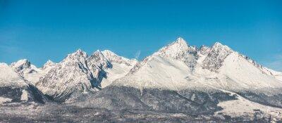 Fototapeta Górski krajobraz, pokryte śniegiem wysokich gór i błękitne niebo