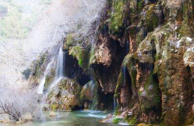 Fototapeta Góry strumień przez mchu skałach