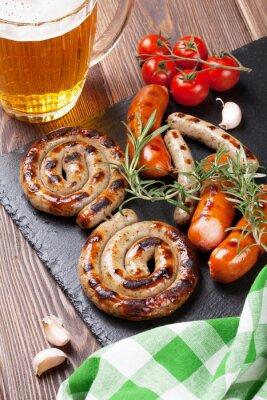 Fototapeta Grillowane kiełbaski i kufel piwa