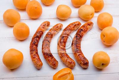 Fototapeta grillowane kiełbaski z brzoskwiniami