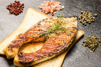 Fototapeta grillowany filet z łososia na gorąco kromek chleba i przyprawy nad łupkami