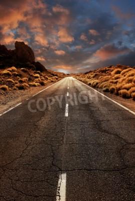 Fototapeta Grungy asfaltowa droga prowadząca przez pustynie krajobrazu słońca