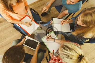 Fototapeta Grupa ludzi studentów pracujących razem