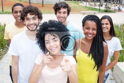 Fototapeta Grupa nastolatków śmiechu wygląda do aparatu