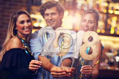 Fototapeta Grupa przyjaciele Cieszy się napój w barze