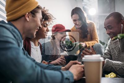 Fototapeta grupa przyjaciół spędzających czas razem w kawiarni