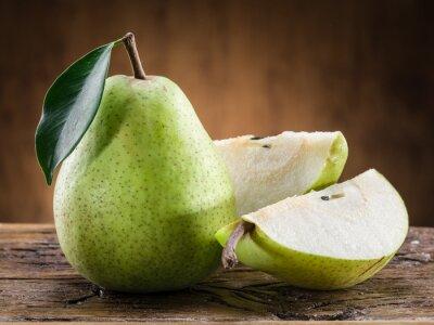 Fototapeta Gruszka owoce z liściem na tle drewnianych.