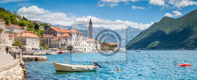 Fototapeta Historyczny miasteczko Perast przy zatoką Kotor w lecie, Montenegro