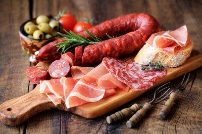 Fototapeta Hiszpańskie tapas - chorizo, salsichon, jamón serrano, lomo i oliwkami