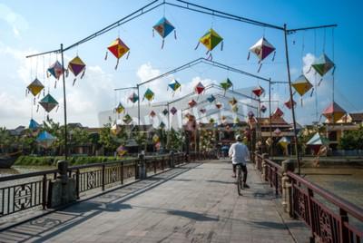 Fototapeta Hoi An, Wietnam, 24 października, 2012: Niezidentyfikowany jeźdźca motocyklistów przechodząc przez most i dekoracji lampy ponad Hoai rzece w Hoi An starożytnego miasta, Światowego Dziedzictwa UNESCO w