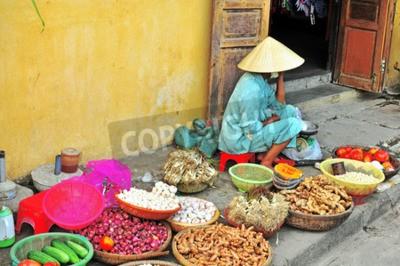 Fototapeta Hoi An, Wietnam - MARZEC 12: na rynku żywności w Hoi An old town Kobieta, Wietnam w dniu 12 marca 2015 r Hoi miasto Wietnamu, na wybrzeżu Morza Wschodniego.
