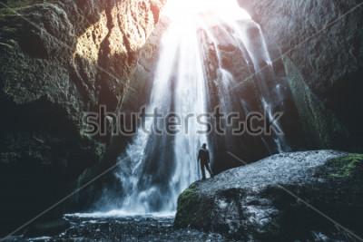 Fototapeta Idealny widok na słynną potężną kaskadę Gljufrabui. Lokalizacja upadek Seljalandsfoss, Islandia, Europa. Sceniczny wizerunek popularna atrakcja turystyczna. Koncepcja miejsca docelowego podróży. Odkry