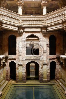 Fototapeta Indie, Adalaj Stepwell to hinduski budynek wodny w wiosce Adalaj, w pobliżu miasta Ahmedabad w indyjskim stanie Gujarat.