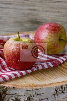 Jabłka w kropli wody na desce