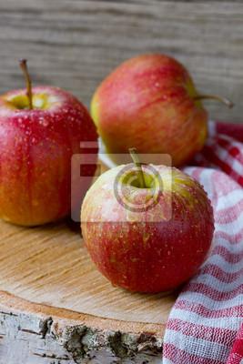 Jabłka w kropli wody na desce, stylu rustykalnym