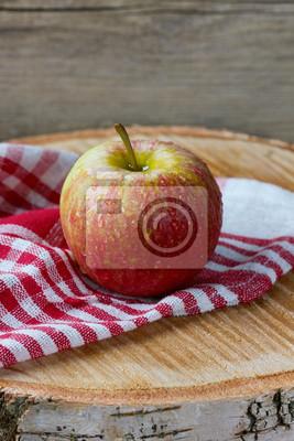 Jabłko w kropli wody na desce