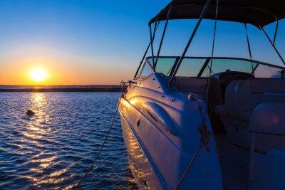 Fototapeta Jacht w pobliżu molo przed zachodem słońca