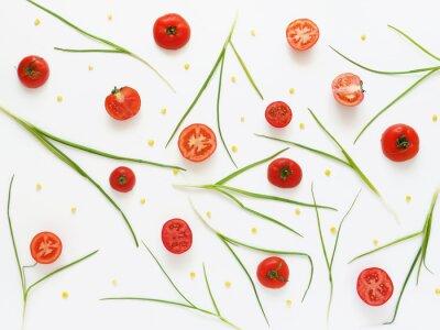Fototapeta Jedzenie wzór świeżych pomidorów i zielonej cebuli. Warzywa? Ywno? Ci tle. Wytnij pomidory na białym tle.