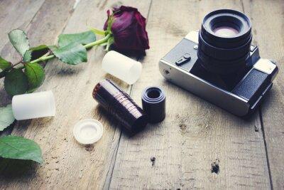 Fototapeta kamery i róża na stole