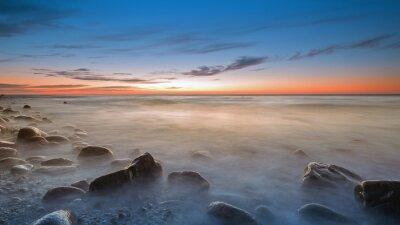 Fototapeta Kamienista plaża w Rozewiu o zmierzchu