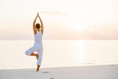 Fototapeta Kaukaski kobieta uprawiania jogi na brzegu morza