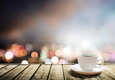 kawa na stole w nocy miasto