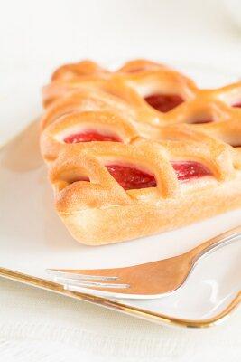 Fototapeta Kawałek tortu truskawkowego leżącego na talerzu