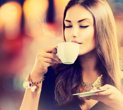 Fototapeta Kawy. Piękny Picie herbaty lub kawy dziewczyny