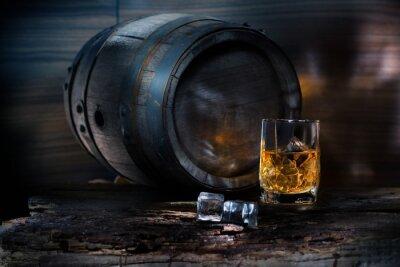 Fototapeta Kieliszek whisky z lodem na tle beczki