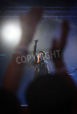 Fototapeta KIJÓW, Ukraina - 30 czerwca 2012: Królowa Adam Lambert na scenie podczas charytatywnej wykonać koncert Anti-AIDS na Placu Niepodległości w dniu 30 czerwca 2012 roku w Kijowie, Ukraina