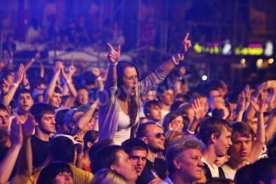 Fototapeta KIJÓW, Ukraina - 30 czerwca 2012: Ludzie tańczą podczas Queen wykonuje na scenie na charytatywnym koncertie Anti-AIDS na Placu Niepodległości w dniu 30 czerwca 2012 w Kijowie na Ukrainie