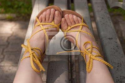 Fototapeta winylowa Damskie stopy w sandały. Pedicure.