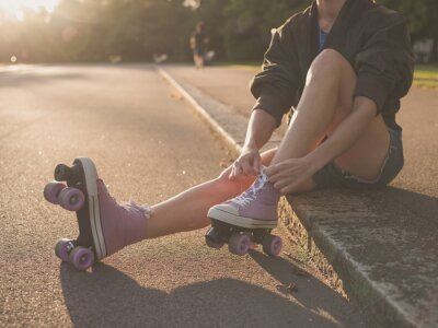 Fototapeta Kobieta wprowadzenie na rolkach w parku