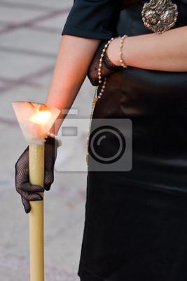 Fototapeta kobieta ze świecą Wielki Tydzień