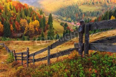 Fototapeta Kolorowa jesień krajobraz sceny z ogrodzenia w Transylwanii górskich Rumunii