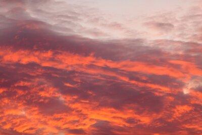Fototapeta Kolorowe ciepłe chmury na niebie o zachodzie słońca