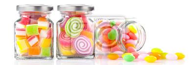 Fototapeta kolorowe cukierki w słoikach na białym tle - baner z koncepcji żywności