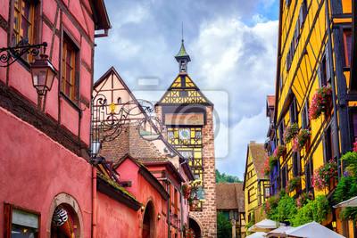 Fototapeta Kolorowe domy na centralnej ulicy w Riquewihr, wioska na wygraną