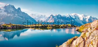 Fototapeta Kolorowe lato panorama jeziora Lac Blanc z Mont Blanc (Monte Bianco) na tle, Chamonix lokalizacji. Piękna plenerowa scena w Vallon de Berard rezerwacie przyrody, Graian Alps, Francja, Europa.