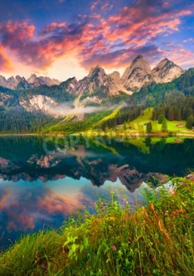 Fototapeta Kolorowe lato wschodu słońca na Vorderer Gosausee jeziora w austriackich Alpach. Austria, Europa.