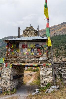 Fototapeta Kolorowe ozdobny buddyjska stupa. Tradycyjna wioska wejście w Nepalu.
