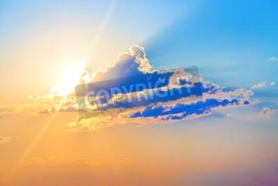 Fototapeta Kolorowe słońca. Scenic niebo z chmurami i jasnym słońcu.